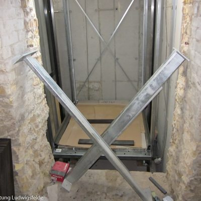 Die Kabine für den Aufzug wird zusammengebaut