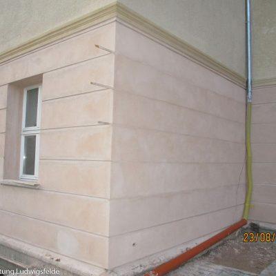 Der Putz im Bereich des Erdgeschosses wird nach altem Vorbild und in altem Farbton wiederhergestellt