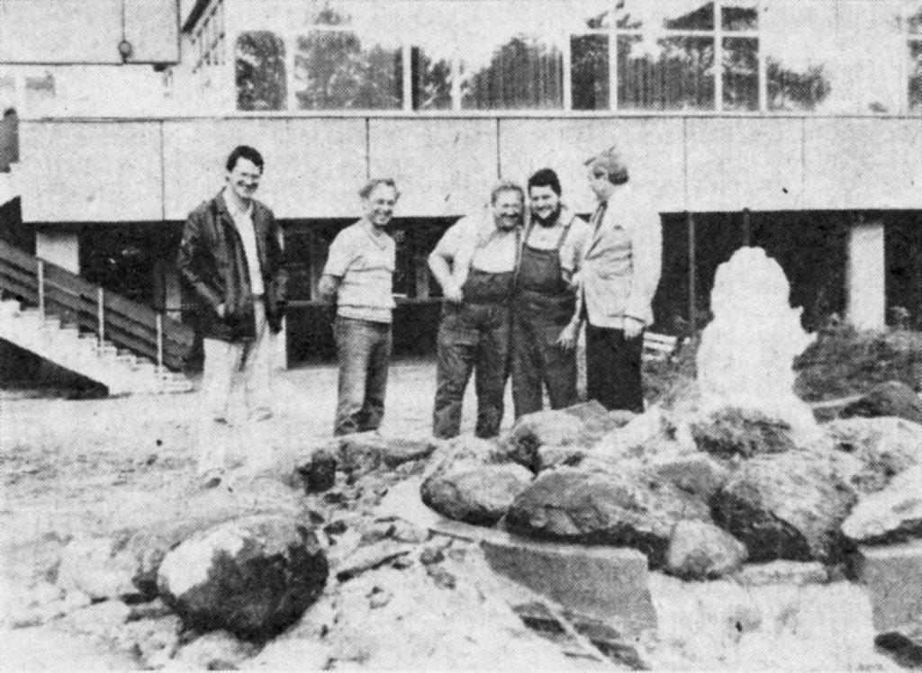 Handwerker vor dem Brunnen